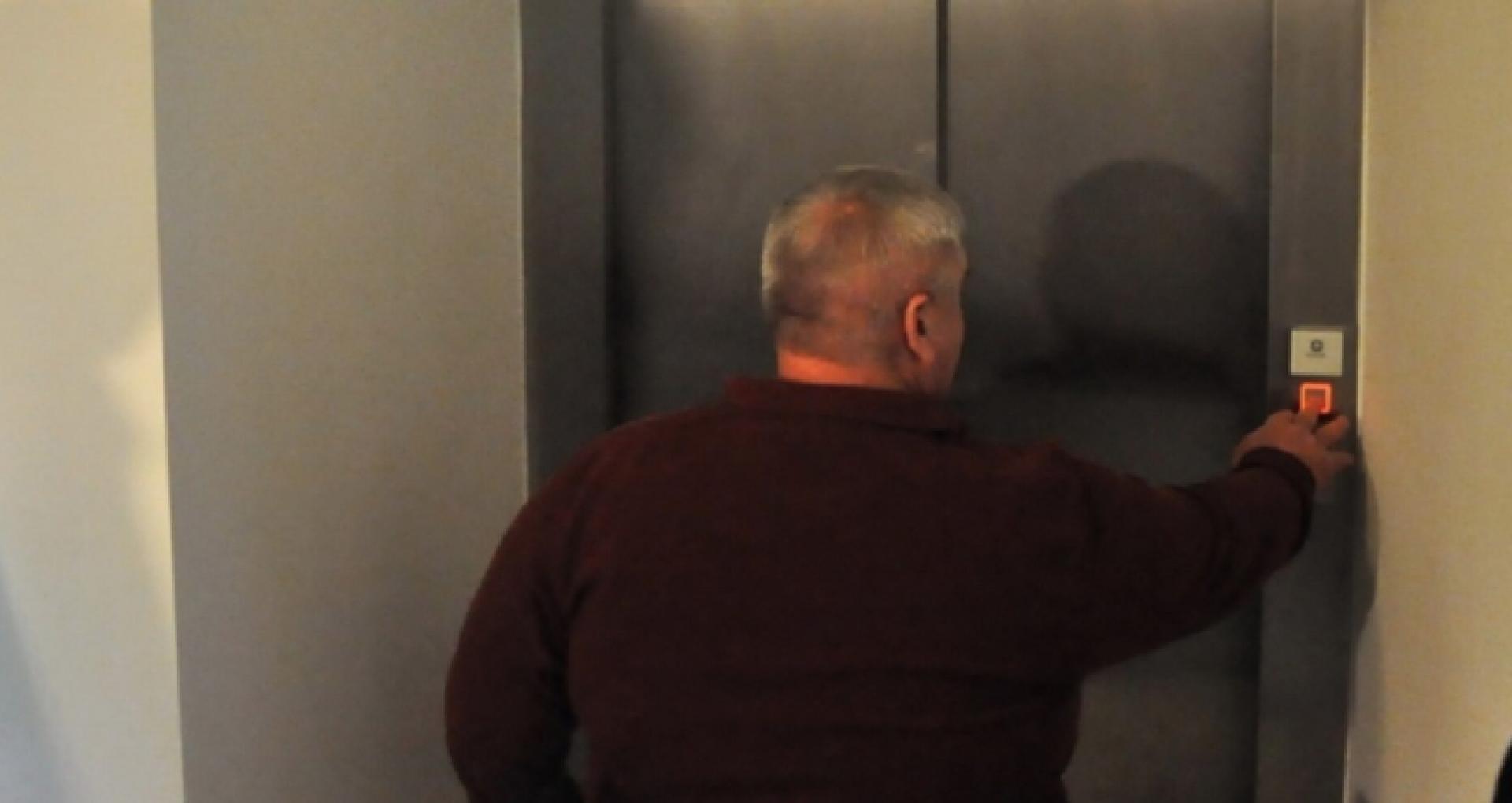 Parlamentul a aprobat, în prima lectură, proiectul prin care persoanele imobilizate la pat ar putea fi scutite de plata pentru ascensor