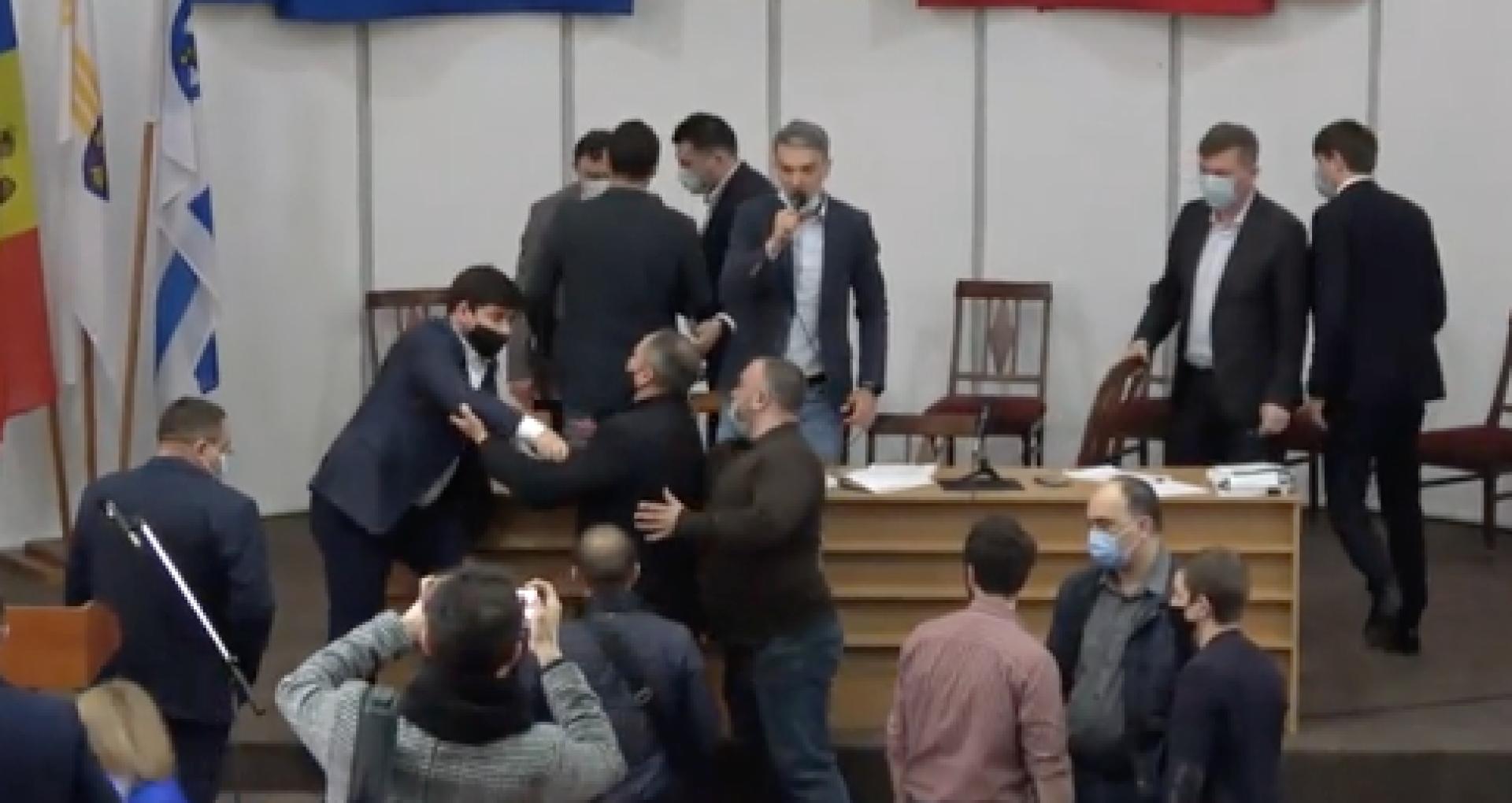 """VIDEO/ Bătaie în timpul ședintei CMC: în timp ce unii consilieri municipali votează, alții își împart pumni: """"Poliția, chemați vă rog poliția"""""""
