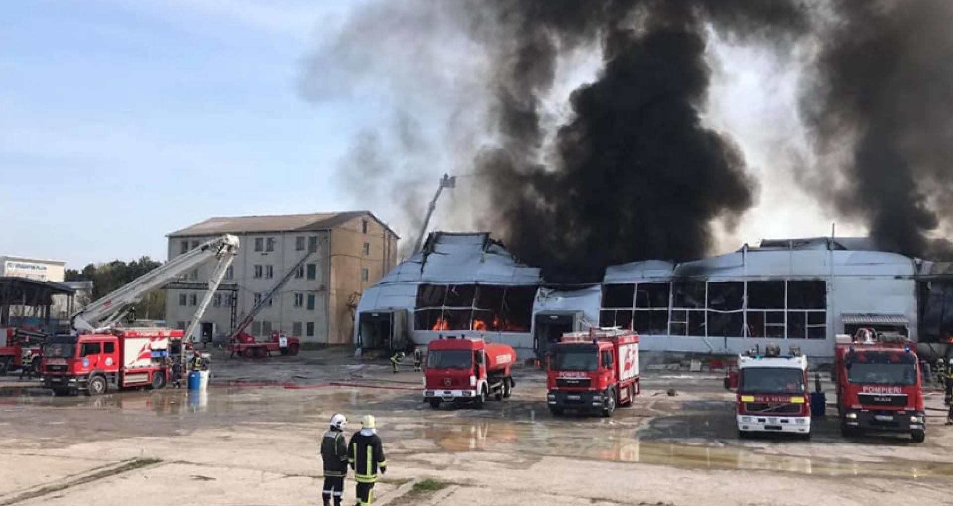 """FOTO/ IGSU oferă detalii actualizate despre incendiul de la depozitul de vopsea din Capitală: """"Peste 40 de litri de acetonă s-au scurs din interiorul clădirii"""""""
