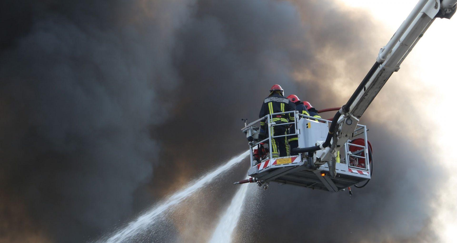 """FOTO/ Stare de alertă la depozitul de vopsea din Capitală, acolo unde a izbucnit un incendiu. Zeci de pompieri luptă, în continuare, cu flăcările: """"Au fost create cinci sectoare de luptă"""""""