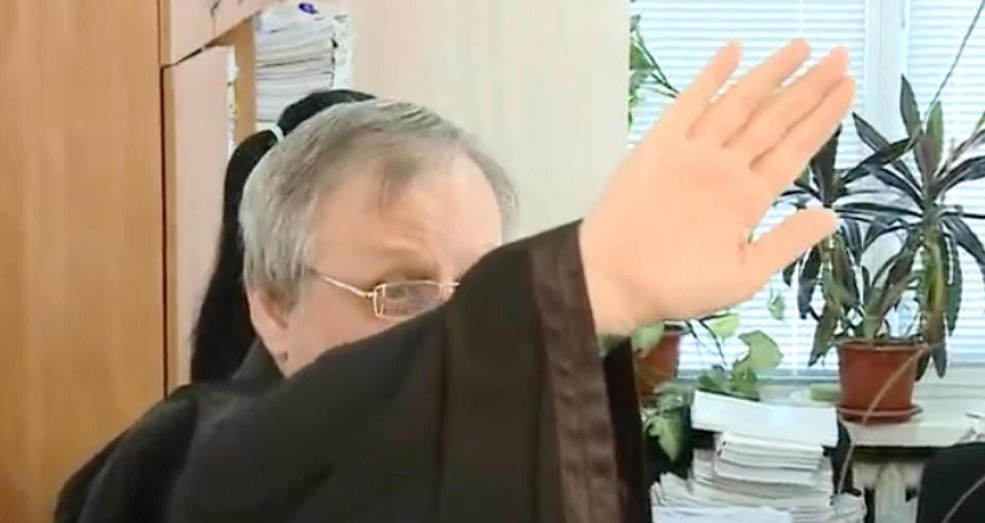 DOC/ Președinta Sandu a semnat decretul de eliberare din funcția de judecător a lui Serghei Lazari, magistratul vestit pentru că își ascundea fața în timpul proceselor de judecată