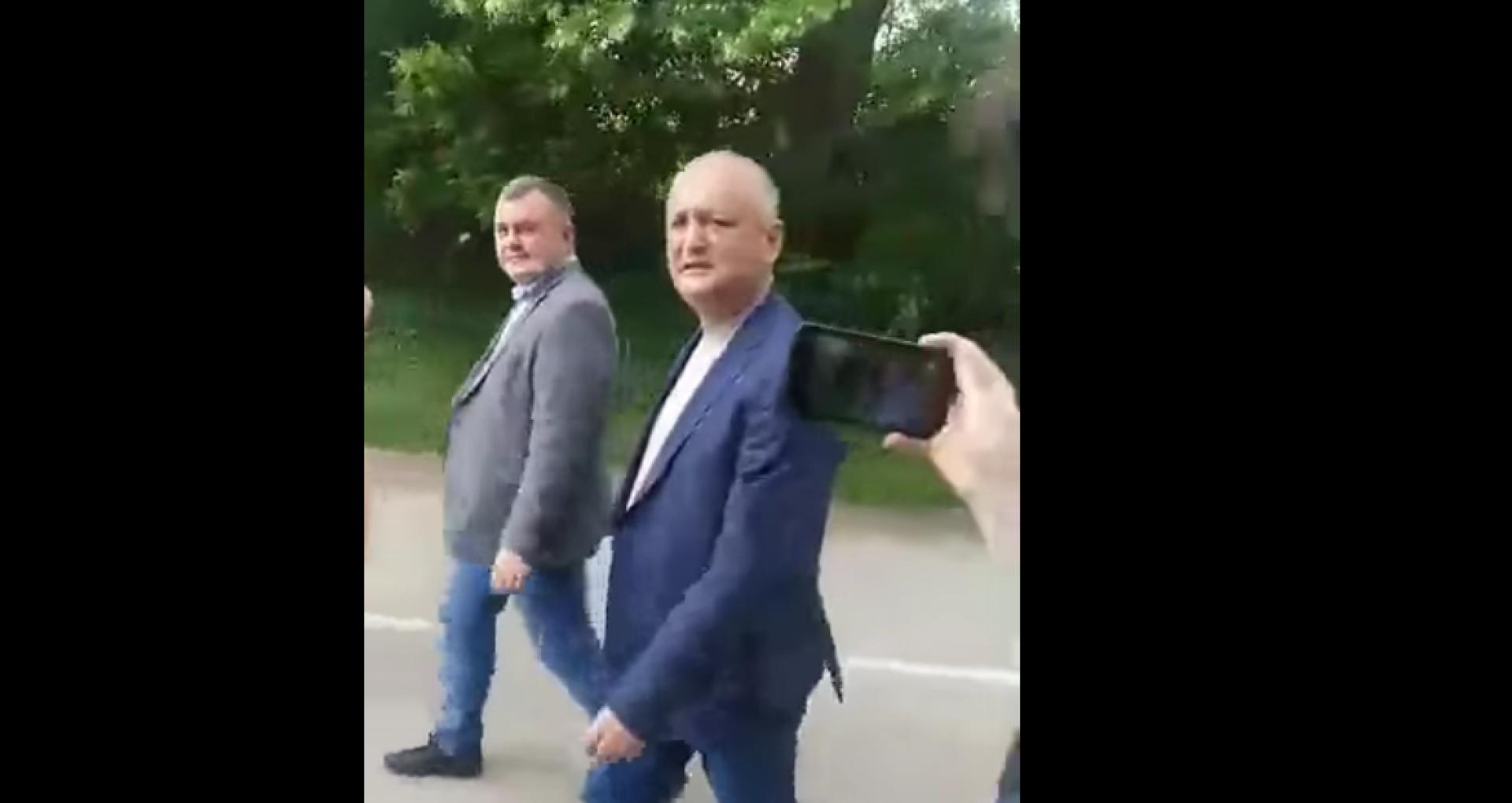 """VIDEO/ Igor Dodon, huiduit de oamenii din satul Molovata Nouă: """"Sunteți niște trădători de țară. Nu vă este rușine?"""""""