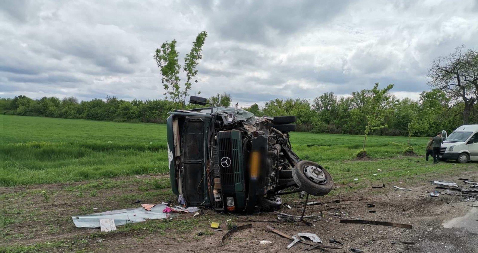 FOTO/ Opt persoane au fost transportate la spital după ce un microbuz care circula pe ruta Soroca – Bălți s-a ciocnit cu un automobil și s-a răsturnat