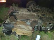 FOTO/ Un tânăr se află în comă la spital după ce s-a izbit violent cu mașina de un copac, pe o stradă din Capitală. Acul vitezometrului arată că în momentul impactului șoferul circula cu 160 km la oră