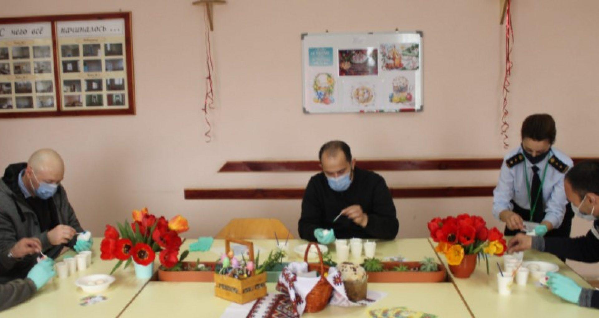 FOTO/ Cum a fost marcat Paștele în penitenciarele din țară – deținuții au asistat la slujbă și au avut parte de un meniu special