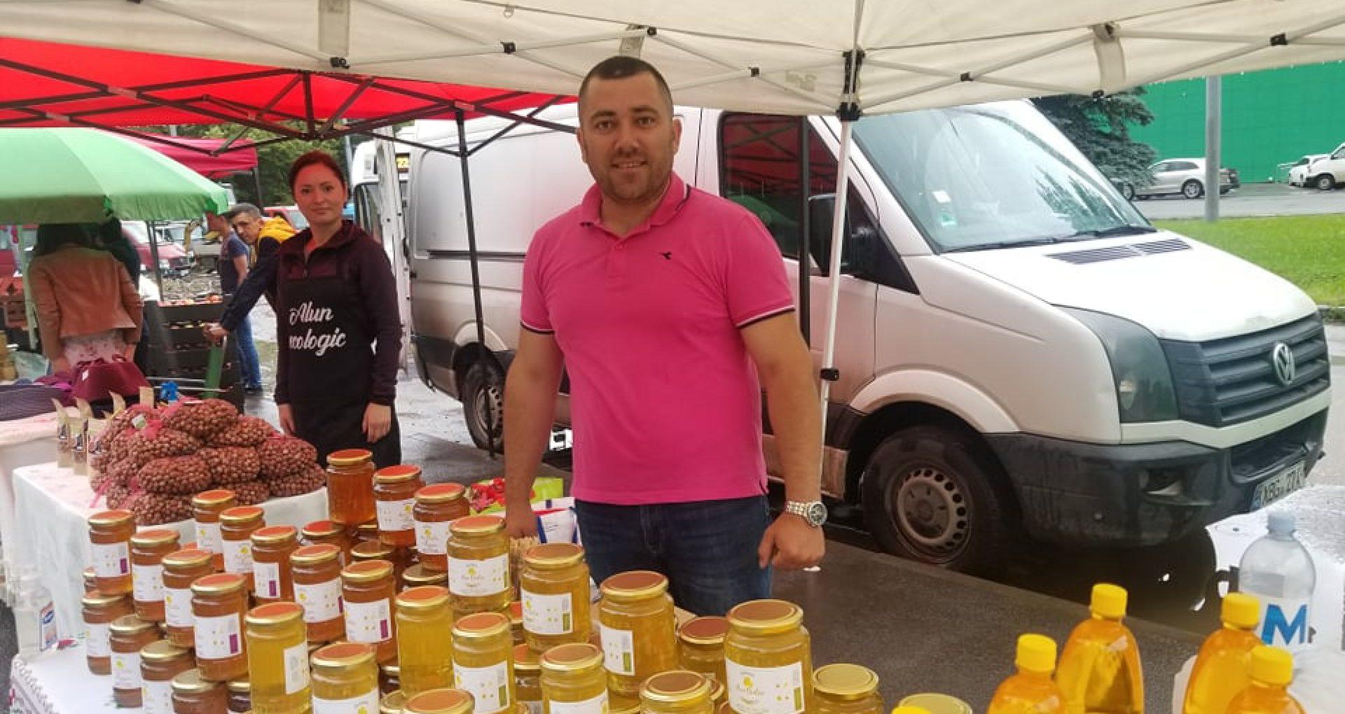 """FOTO/ Circa 70 de producători autohtoni participă la târgul """"Cămara Fest"""". Vizitatorii pot cumpăra miere de albini, fructe proaspete sau uscate, legume, pâine cu cereale și semințe, brânză de oi, salamuri și afumături"""