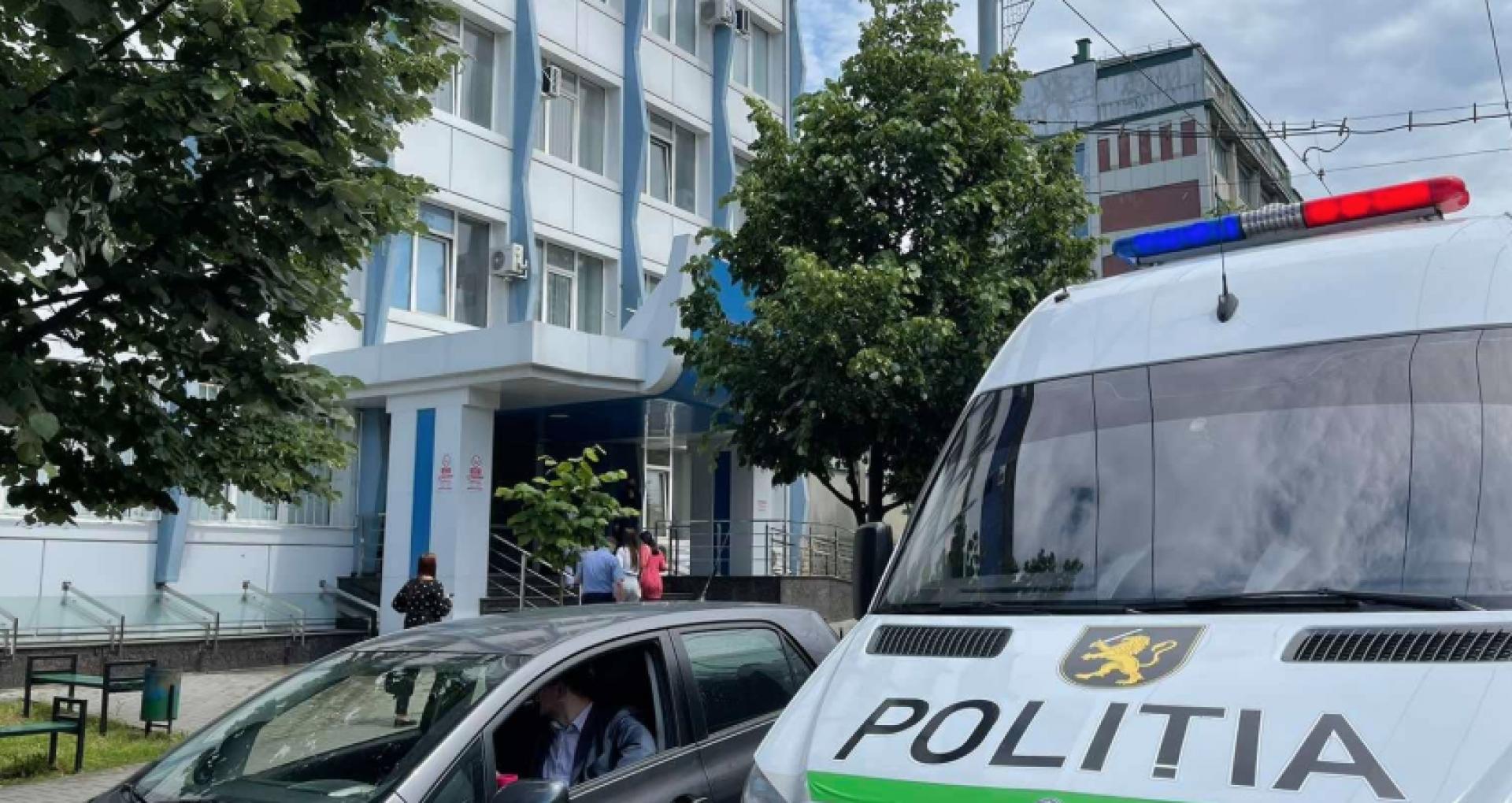 FOTO/ Judecătoria Chișinău, sediul Buiucani, ținta unei alerte false cu bombă. Poliția a inițiat un proces penal