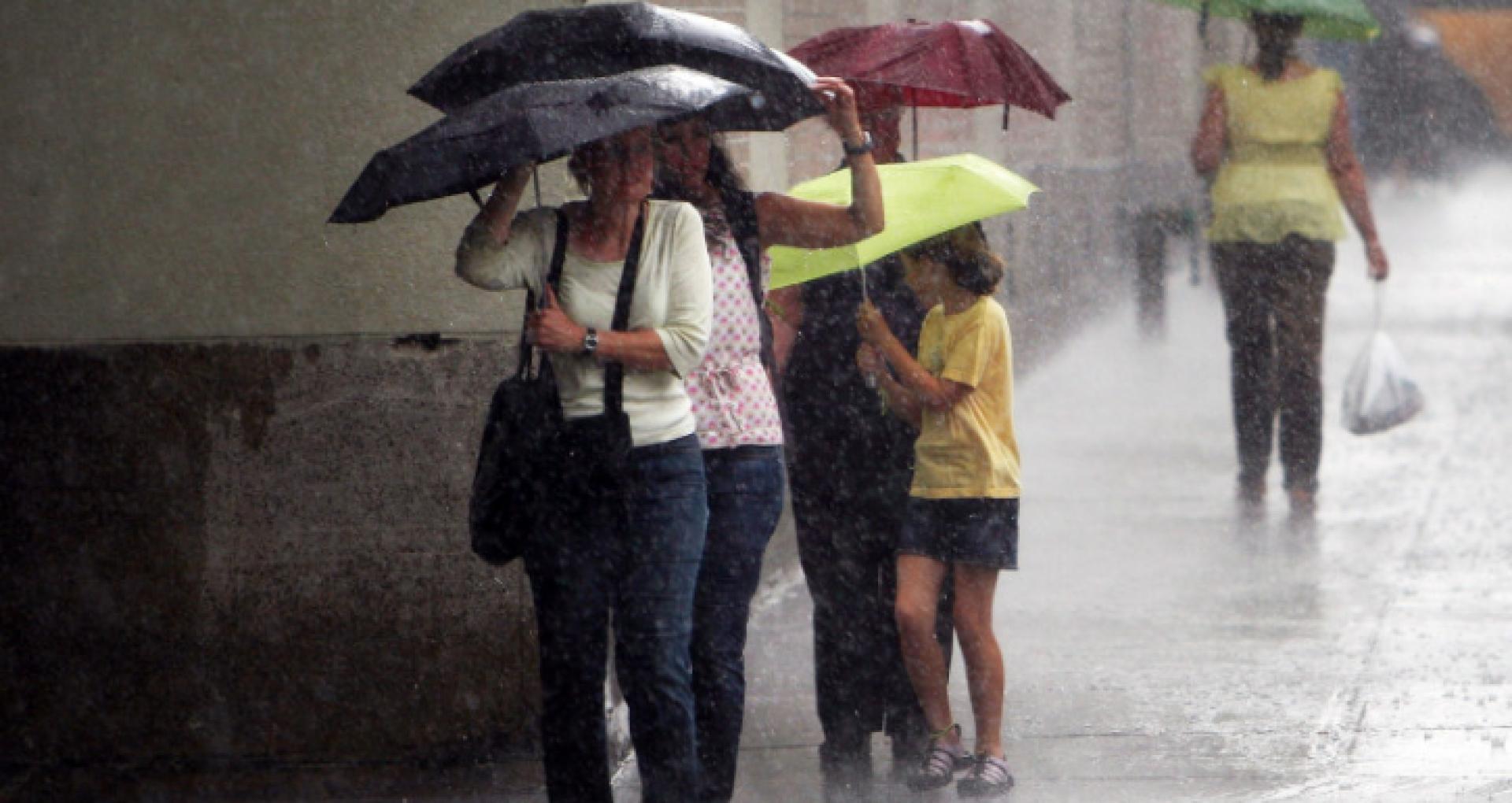 A fost emisă o nouă avertizare meteorologică: Pe întreg teritoriul R. Moldova, se vor înregistra descărcări electrice și izolat averse puternice, însoțite de vijelie și grindină