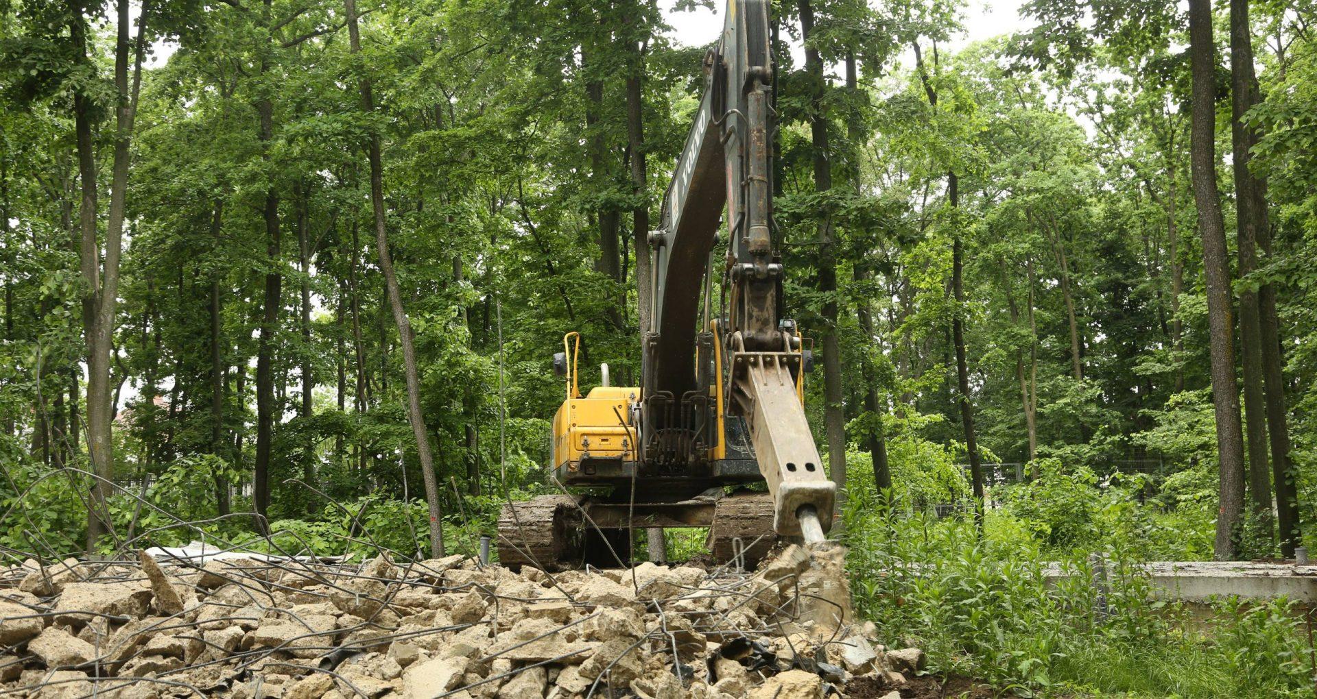 FOTO, VIDEO/ Construcțiile din beton, ridicate în Pădurea Durlești sunt demolate, după cinci luni de la investigația ZdG, în urma căreia au fost pornite și mai multe procese penale