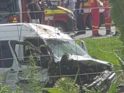 Dosar penal în România, după ce un microbuz cu pasageri înmatriculat în R. Moldova s-a ciocnit frontal cu un automobil