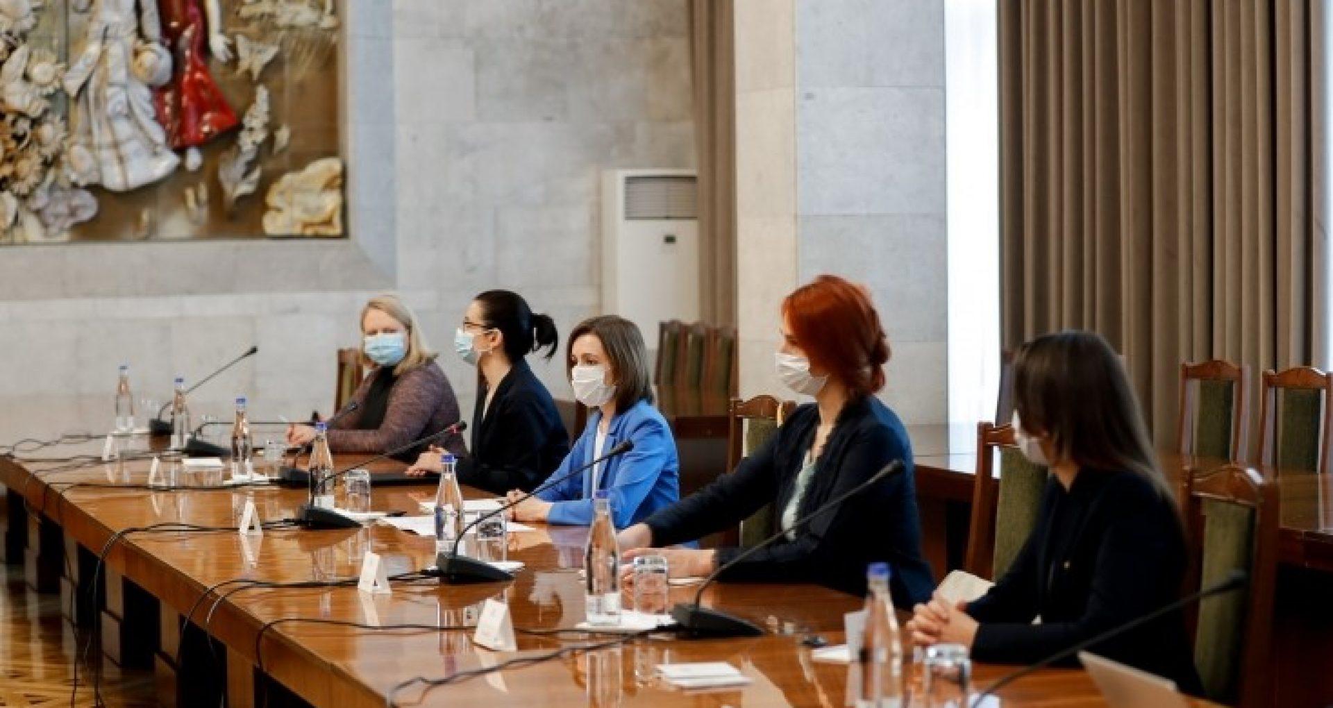 """FOTO/ """"Pregătirile pentru anticipate și capacitățile financiare ale Guvernului în demisie pentru organizarea scrutinului"""" – subiectele discutate de președinta Sandu și premierul Ciocoi cu membrii APCE aflați într-o vizită la Chișinău"""