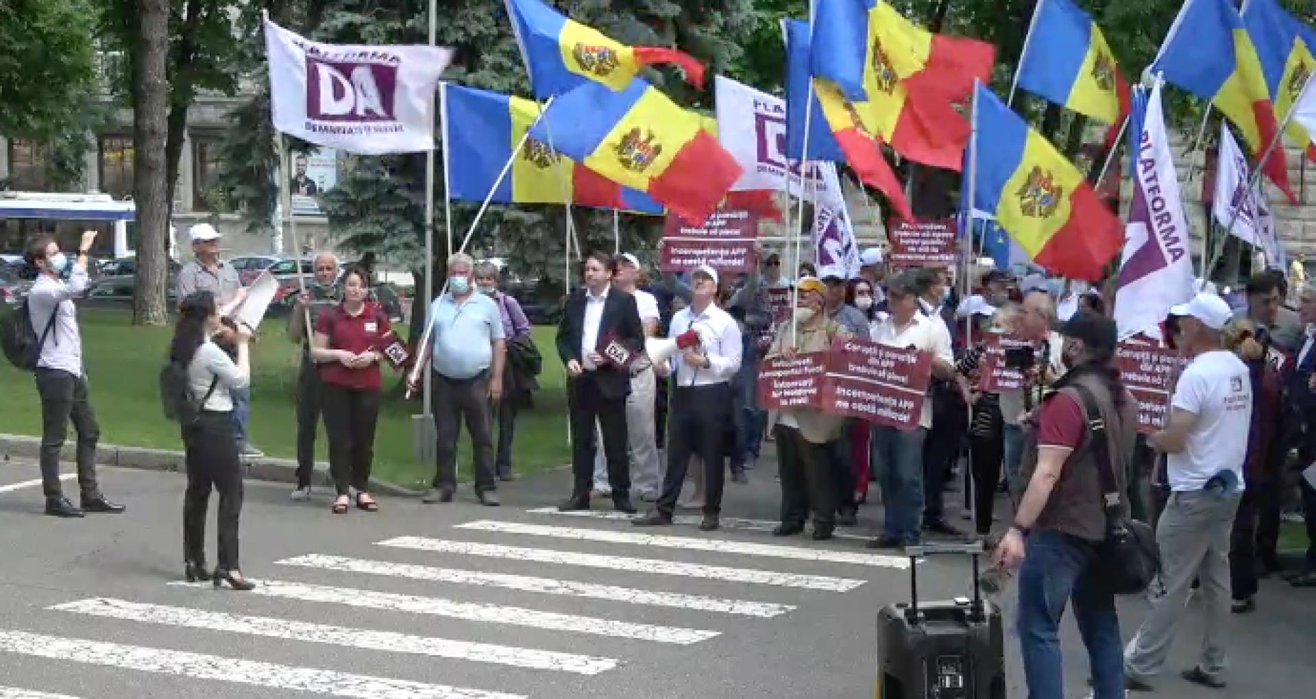 """VIDEO/ Reprezentanții Platformei DA au protestat în fața Guvernului și au cerut demisia directorului Agenției Proprietății Publice: """"La pușcărie. Ne vând țara pe doi bani"""""""