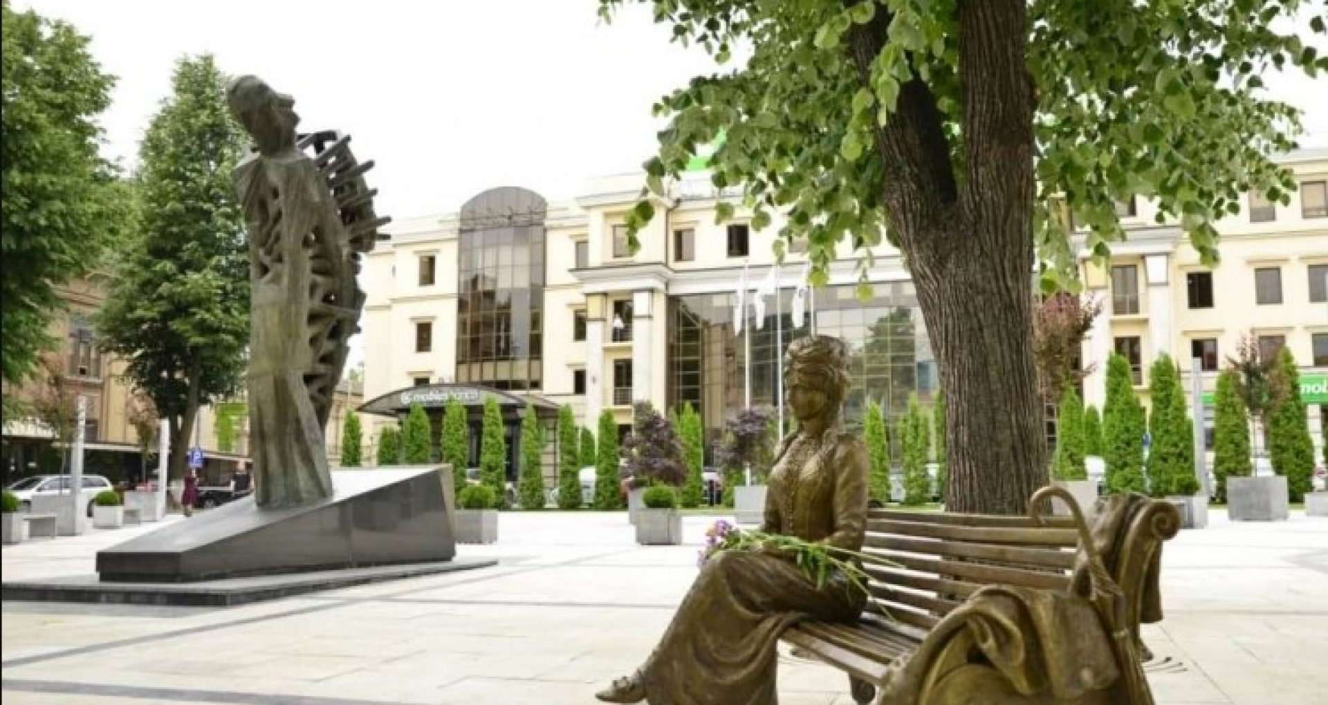 FOTO/ Sculptura Veronicăi Micle, inaugurată în scuarul Mihai Eminescu