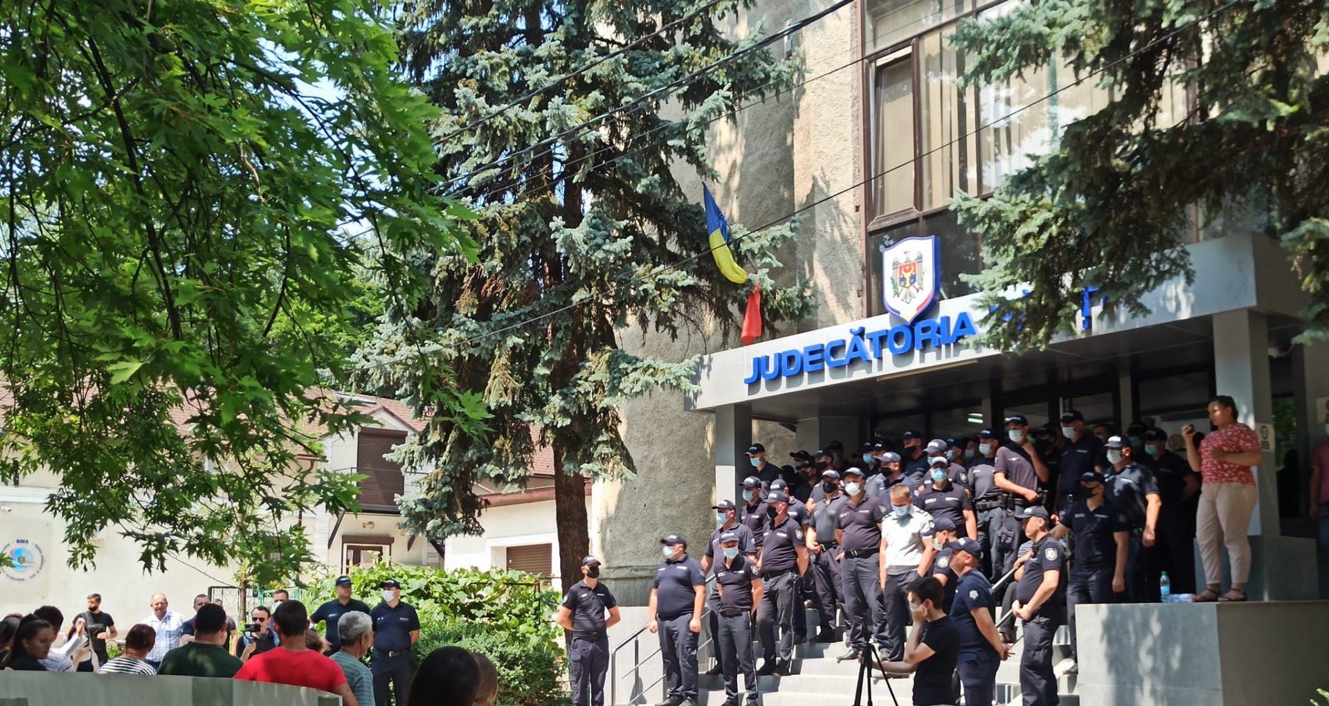 Ofițerul care l-ar fi omorât pe un tânăr din Elizaveta, eliberat din detenție noaptea trecută.  PG: dosarul a fost întors la rejudecare din cauza unei erori de procedură admisă de magistrați