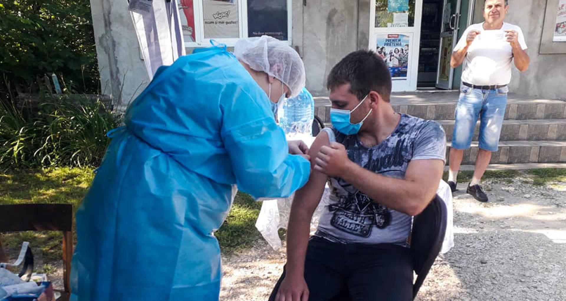 """FOTO/ """"Maraton"""" de vaccinare și la nordul țării. Peste 500 de oamenii s-au imunizat anti-COVID, la mai multe puncte mobile amenajate la Briceni: sunt disponibile toate tipurile de vaccin"""