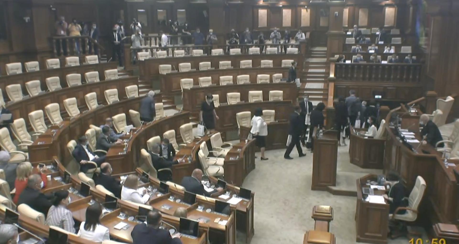 VIDEO/ Ședința de constituire a noului Parlament ales al R. Moldova s-a încheiat. Deputații PAS au anunțat pauză până joi, în timp ce socialiștii au cerut ca ședința să continue