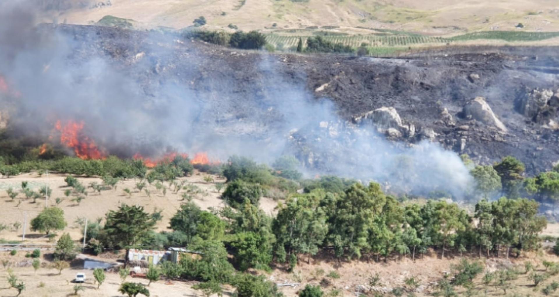 Incendii în Italia. Doi bărbați au fost arestați după ce au fost prinşi în timp ce aprindeau focuri în păduri din Sicilia