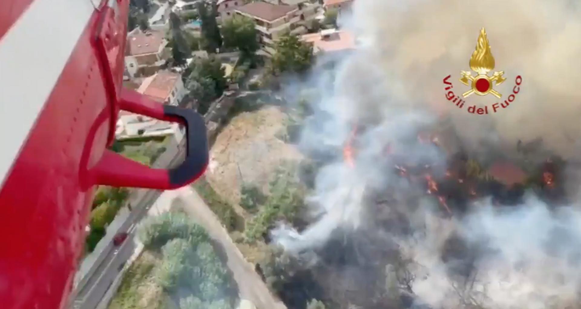VIDEO/ Cel puțin cinci persoane au fost rănite, iar un copil a ajuns la spital, în urma incendiilor violente de pădure din Italia