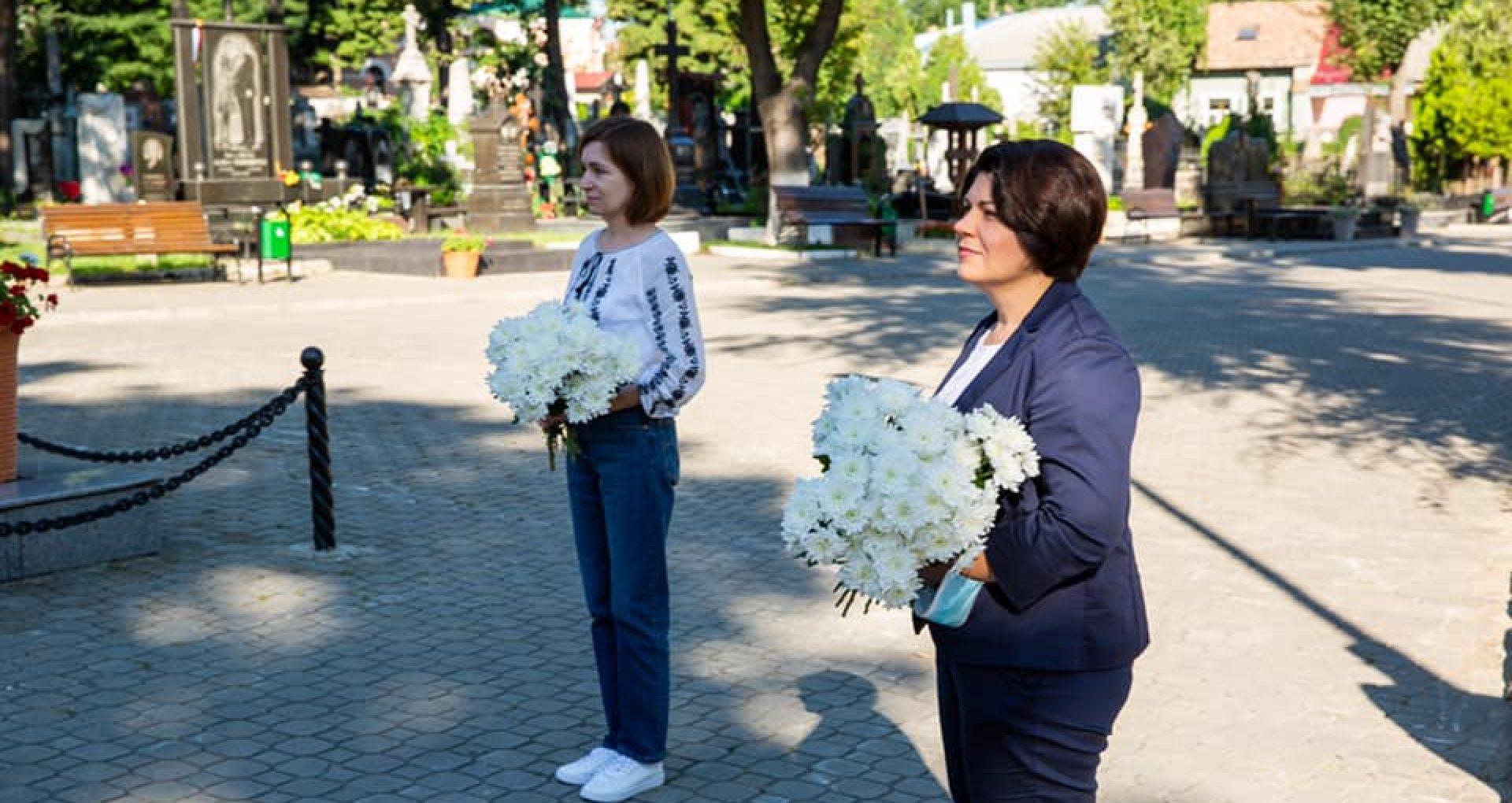 FOTO/ De Ziua Limbii Române, președinta Maia Sandu și prim-ministra, Natalia Gavrilița, au depus flori la mormintele poeților Alexei Mateevici și Grigore Vieru