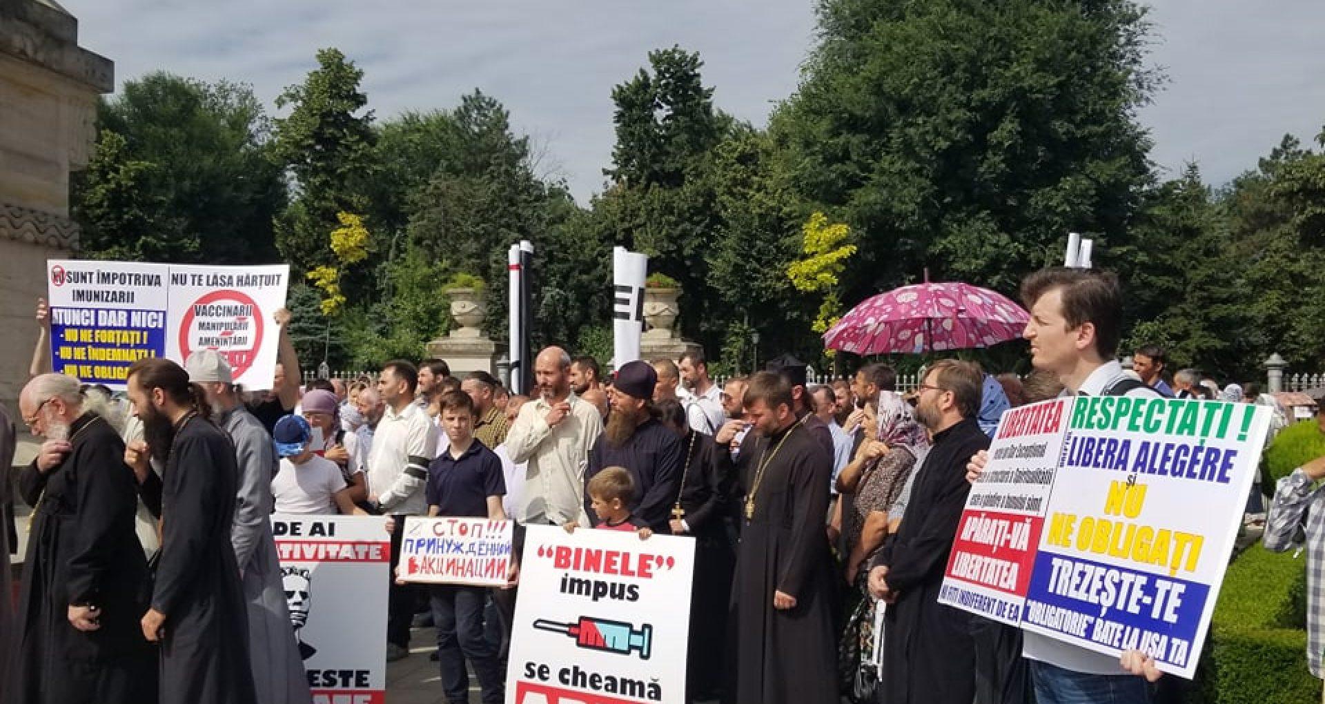 FOTO/ Proteste împotriva vaccinării obligatorii, organizate de preoți în PMAN
