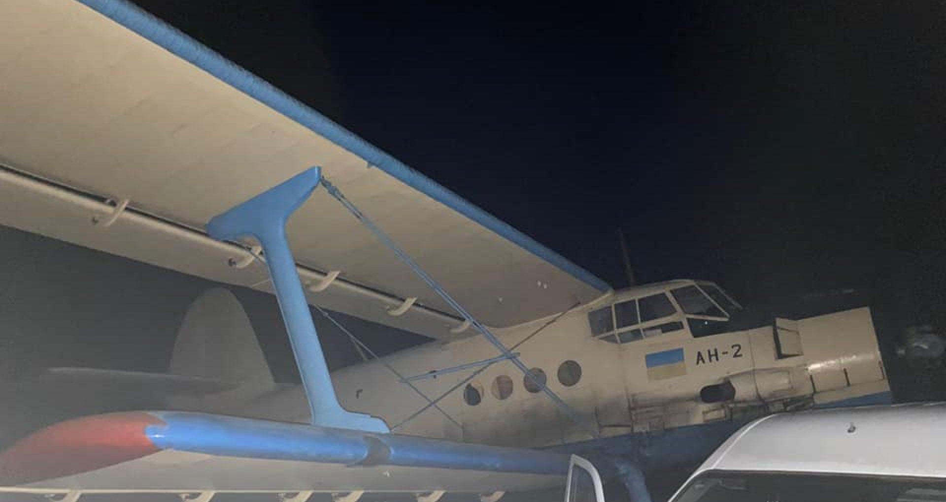 FOTO/ Un avion care ar fi utilizat pentru transportarea țigărilor de contrabandă și care urma să ajungă pe teritoriul României, oprit de polițiștii de frontieră