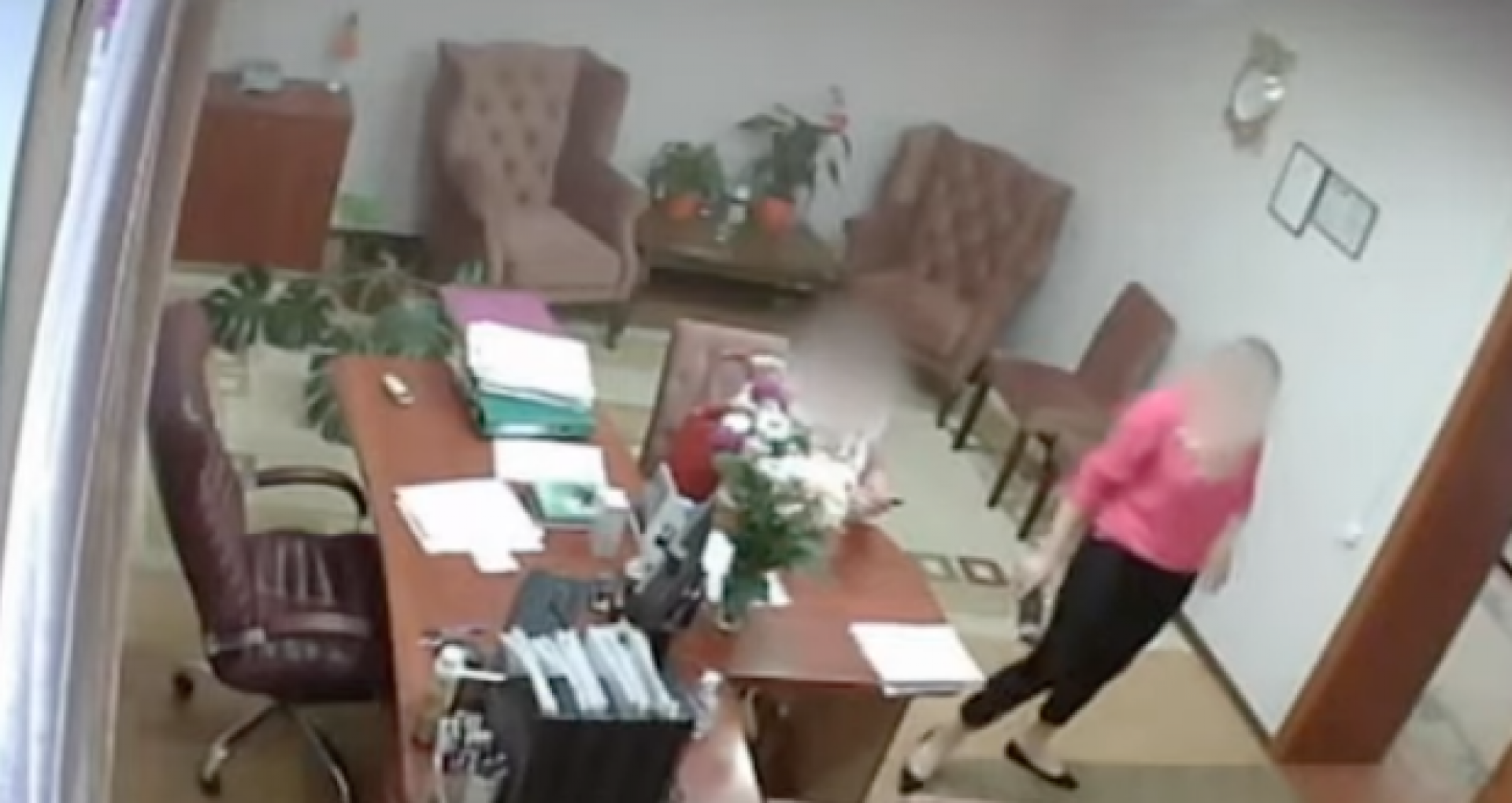 """VIDEO/ Schema de corupție de la Primăria Trușeni. CNA publică imagini cu discuțiile dintre primara și subalternii săi: """"Noi întâi trebuie să intrăm cu baba în temă"""", """"Putem să ne ducem cu maşina Primăriei"""""""