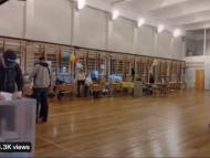 VIDEO/ Partidul lui Putin se îndreaptă spre victorie pe fondul acuzațiilor de fraudă: Momentul în care un bărbat introduce mai multe buletine de vot în urnă